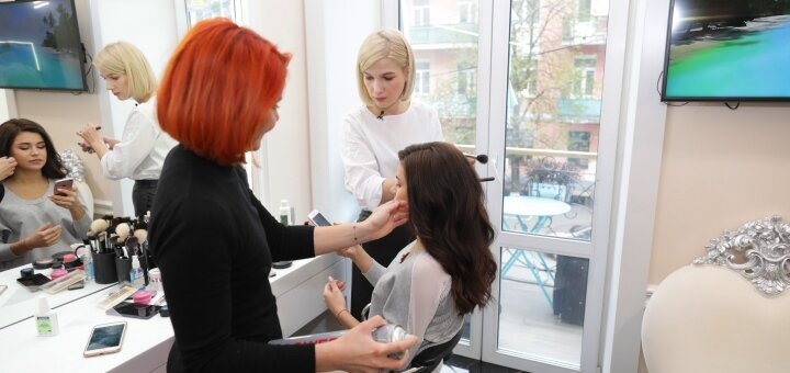 Мужская или женская стрижка  от ведущего мастера в студии «AVRA beauty studio»