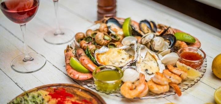 Сет морепродуктов с улитками на гриле и вино в итальянском ресторане «Примавера»